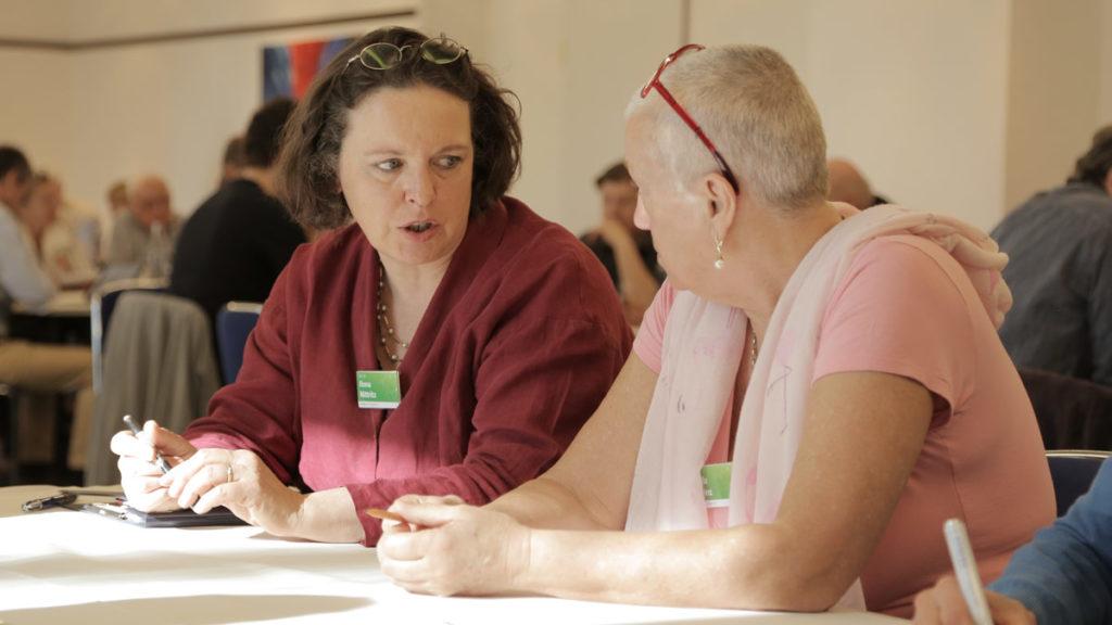 Ilona Nittritz im Gespräch mit einem interessierten Menschen in Koblenz